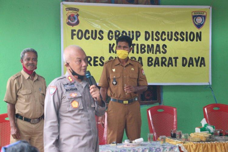 Kapolres Sumba Barat Daya memberikan pelatihan Focus Group Discussion (FGD)