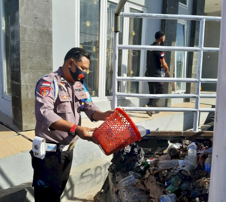 Cegah Covid -19 Personel Polres Sumba Barat Daya Laksanakan Bakti Sosial Di Sekitaran Mako Polres
