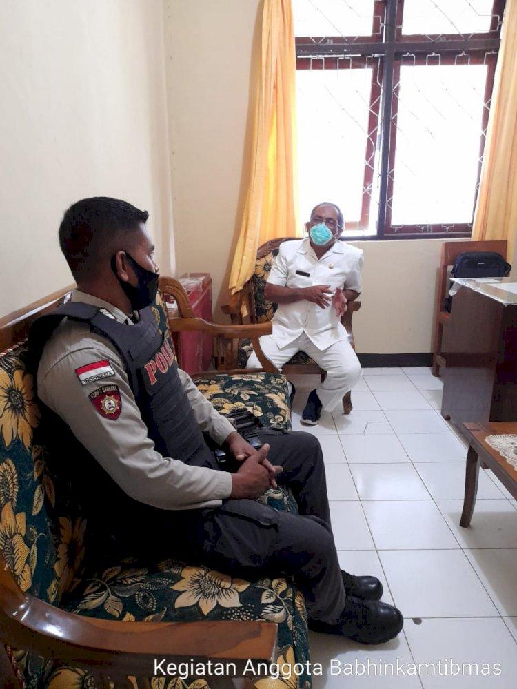 Bhabinkamtibmas Polsek Wewewa Timur Mendapingi Giat Sosialisasi Dalam Rangka Vaksinasi Untuk 70 Pegawai Puskesmas Elopada