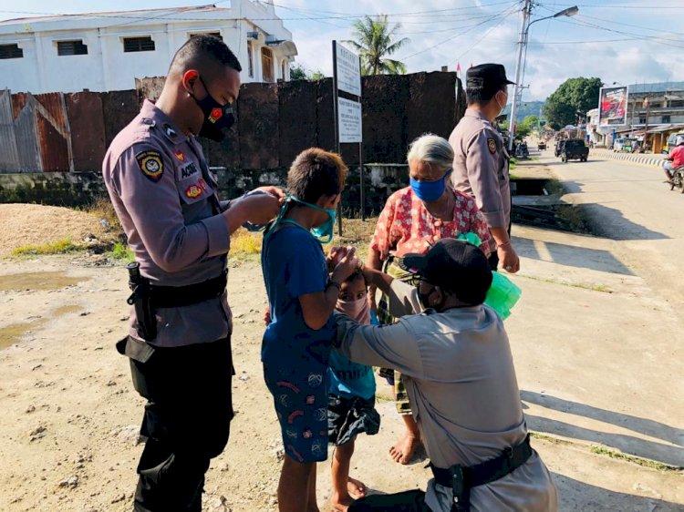 Peduli Kasih, Personel Sat Sabhara Polres Sumba Barat Daya Membagikan Masker Pada Saat Pengaturan Lalu Lintas
