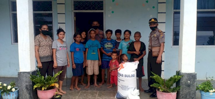 Penyaluran Bantuan Sosial (Bansos) Oleh Kasat Binmas Polres Sumba Barat Daya Kepada Anak-Anak Panti Asuhan