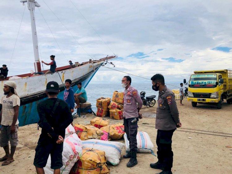 Cegah Penyelundupan Barang- Barang Ilegal Di Palabuhan Waikelo Oleh Personel Sat Sabhara Polres Sumba Barat Daya