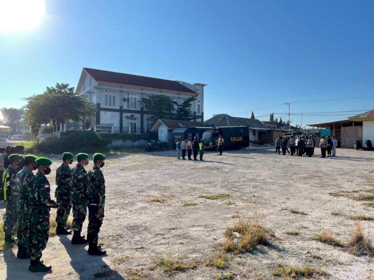 Sebanyak 212 Gabungan Personel TNI-Polri Gelar Apel Pengamanan Jelang Penetapan Calon Kades Serentak Di Wilayah Kab. Sumba Barat Daya