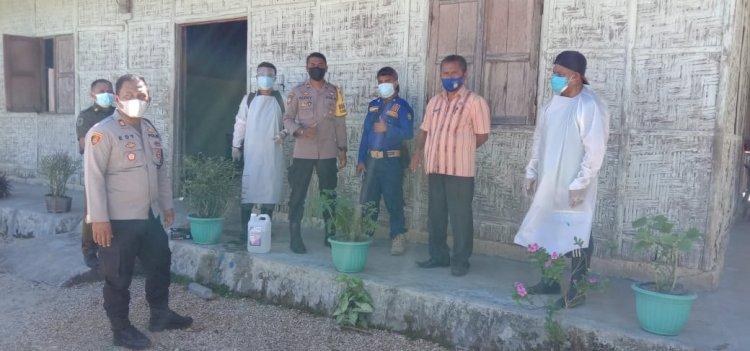 Cegah Penyebaran Virus Corona, Kapolsek Loura Pimpin Pelaksanaan Penyemprotan Disinfektan di Desa Langgalero